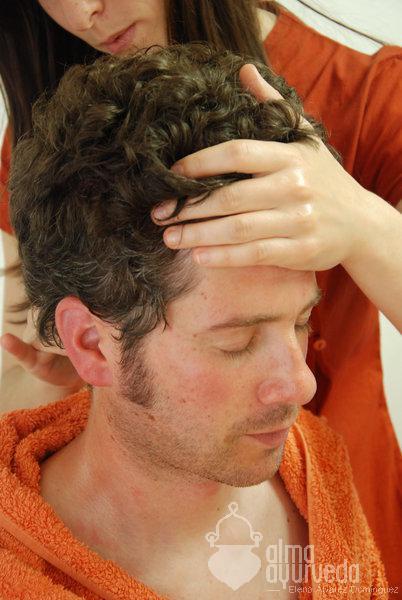 Masaje de cabeza Champi: Beneficios según Ayurveda